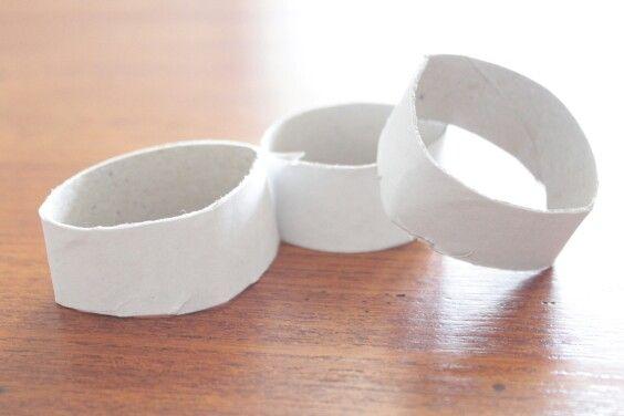 step 2 ritagliate dei cerchi di cartoncino da un rotolo di carta da cucina mantenendo intatta la circonferenza  cut out circles of card stock from a roll of paper towels maintaining the circumference
