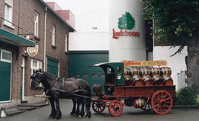 De oude bezorgkar van de Lindeboom Bierbrouwerij typeert het landleven in Hartje Limburg.