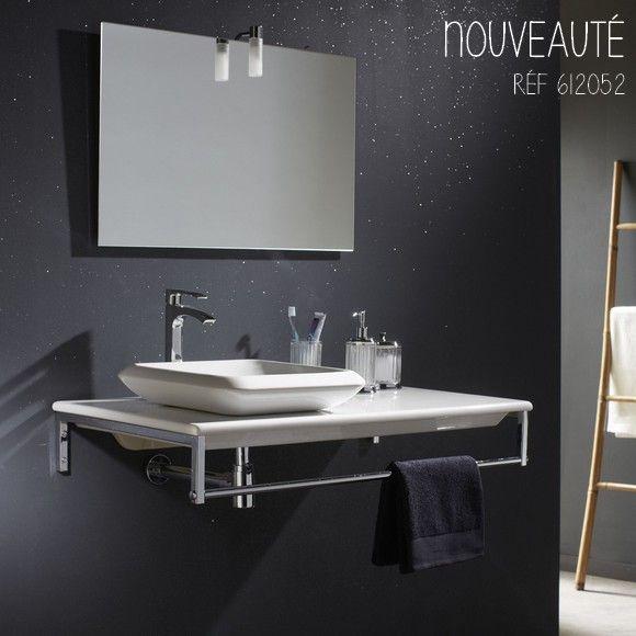 Suspendue, avec vasque carrée, coloris blanc, cette console allie fonctionnalité et style #planetebain #salledebain #ambiancesalledebain