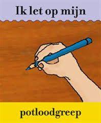 Juiste schrijfhouding. Een verkeerde potloodgreep kan de vloeiende beweging bij het schrijven belemmeren.Een potlood wordt vastgehouden tussen duim en wijsvinger net boven het afgeslepen gedeelte. Dat is ongeveer 2 cm van de punt van het schrijfmateriaal. Bij linkshandigen is dat ongeveer 2,5 â 3 cm van de punt.Het potlood ligt daarbij op het kootje van de middelvinger net onder het nagelbed.