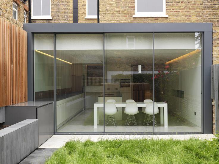 Prolongement du comptoir intérieur vers l'extérieur minimal windows sliding doors to rear extension (shown closed) www.iqglassuk.com