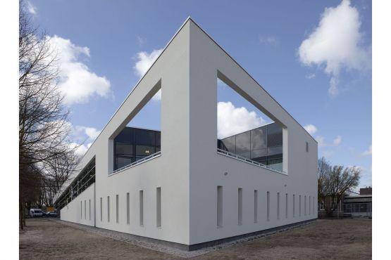 Roval   Specialist in aluminium bouwproducten voor dak & gevel Dynamisch gebouw waar gevelstuc in combinatie met diverse op maat gemaakte aluminium oplossingen, zoals balusters zorgen voor strakke aanzichten en belijningen.
