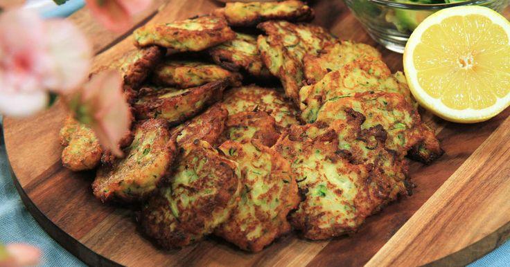 Smakrika biffar med zucchini, lök och parmesan. Serveras med krämig citronyoghurt och spenat- och äppelsallad.