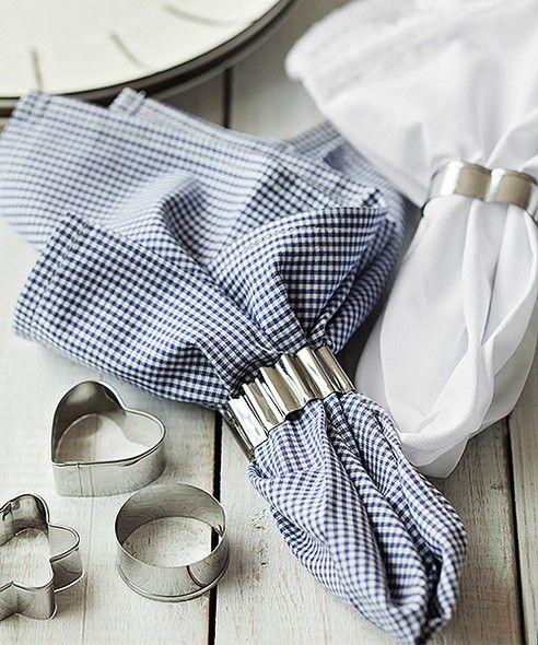 Não tem anel de guardanapo? Uma ideia é usar cortadores metálicos de biscoito, que podem ser dos mais diversos formatos | napkin | cookie cutter