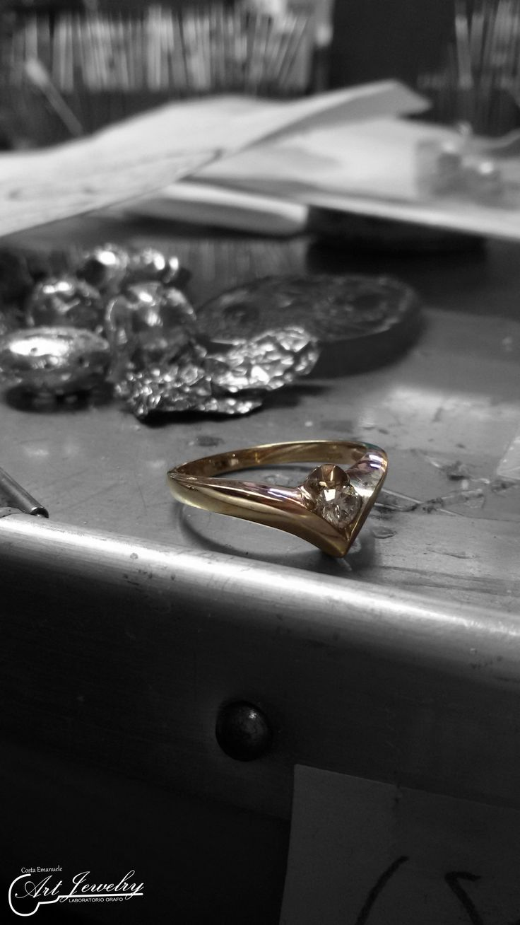 Work in progress. Solitario realizzato in oro bianco ed impreziosito da un diamante. #whitegold #diamond #jewels #artjewelry  https://www.facebook.com/gioiellicosta/ https://www.instagram.com/costaemanuele_artjewelry/  Photo editing: Noemi Barolo