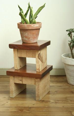 tabouret bois en planche de chantier. Technique du chevillé-collé