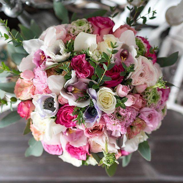 Круглый букет из роз, орхидей, ранункулюсов, калл и анемон  Круглый букет из белых с розовым, розовых и ароматных белых пионовидных роз Латин Помпон, Романтик Антик и Алабастер, розовых роз, розовых кустовых роз, белых орхидей Цимбидиум, розовых ранункулюсов Клуни Помпон, белых калл и анемон с эвкалиптом, перевязанный натуральной веревкой и украшенный брошью  https://nflo.ru/catalog/spring_2017/00921/  #флорист #florist #роза #rose #орхидея #orchid #ранункулюс #ranunculus #калла #calla…