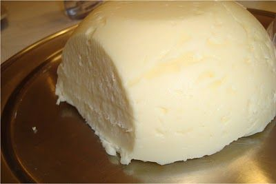 EmagreSer Integral - Sistema de Emagrecimento Saudável: Aprendiz do Sabor  Queijo caseiro  Bater no liquidificador por 10 minutos: - 1/2 litro de leite ou 1/2 litro de água com 4 colheres de sopa de leite em pó - 1 tablete de margarina (90g) - 1 xícara de chá de maisena - sal a gosto  Acrescentar 50g de queijo parmesão ralado. Bater mais um pouco. Levar ao fogo baixo, mexendo vigorosamente para não empelotar. Colocar em recipiente, deixar esfriar e desenformar.