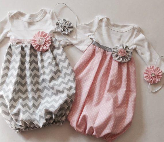 Willkommen Baby-Startseite in einem unser süßes Baby Kleider--eine große Dusche Geschenk oder nehmen Sie zuhause Outfit. Wählen Sie unsere Rosa und weiß Polka Dots baby Kleid, Chevron grau Baby Kleid-- oder beides. Vorhanden, als Gruppe oder Einzelperson gekauft werden--. Ein sicher Hit auf jeder Babyparty oder für Ihre kleine süße Liebe. Erhältlich in langen oder kurzen Ärmeln, mit elastischem Band für Komfort und Bewegung. Komplett mit unserer Unterschrift...  ERHALTEN SIE: 1 - Kleid 1…