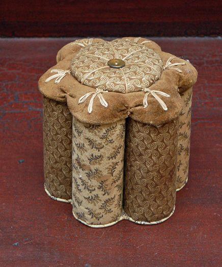 Alfiletero hecho con tubos de papel sanitario y pedazos de tela.