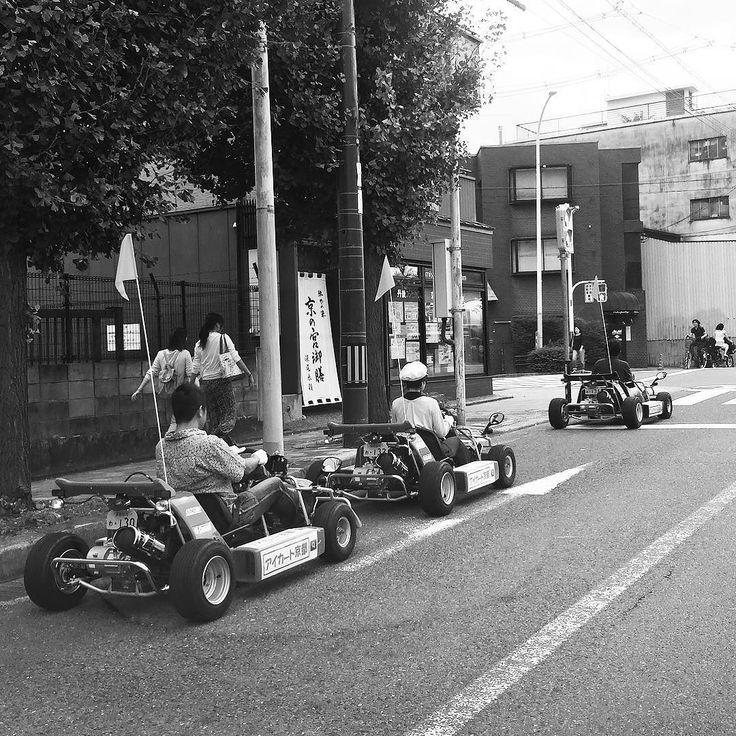 #Ватага картингистов на улицах #Киото #сегодня #машинки #улицы #японскаяжизнь #изжизни #японцы #картинг #гонки #Япония