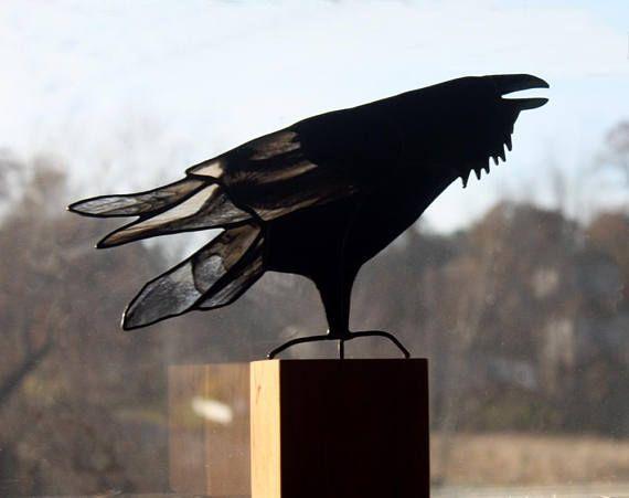 Sculpture d'oiseau Corbeau vitrail, vitrail oiseau, Corbeau Art, Art gothique, Corbeau, Corneille Art, Art du verre, Art animalier, oiseau amoureux cadeau Vitrail élégant panneau Raven fait avec verre noir et un verre rayé noir et blanc. Monté sur un socle en bois cerisier massif. Raven