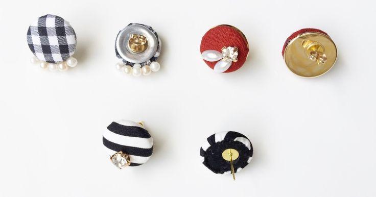100円ショップや手芸店のキットで手軽に作れるくるみボタン。ボタンとして使うだけではなく、ヘアゴムやヘアピンなどのアレンジも楽しめますが、中でもピアスやイヤリングがかわいいと人気です! でも、 「ボタンの穴部分ってどうす…