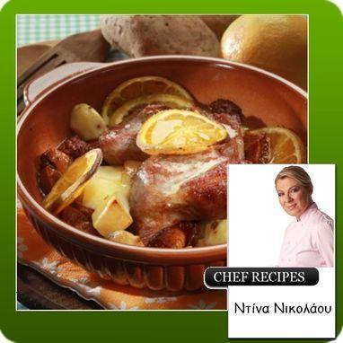 Ο συνδυασμός χοιρινού με πορτοκάλι είναι ό,τι πιο γιορτινό μπορείς να σερβίρεις τα Χριστούγεννα. ΗΝτίνα Νικολάου λοιπόν επιμένει παραδοσιακά και ελληνικά, με γιορτινό πιάτο από χοιρινό και υπέροχη γεύση.   Πηγή