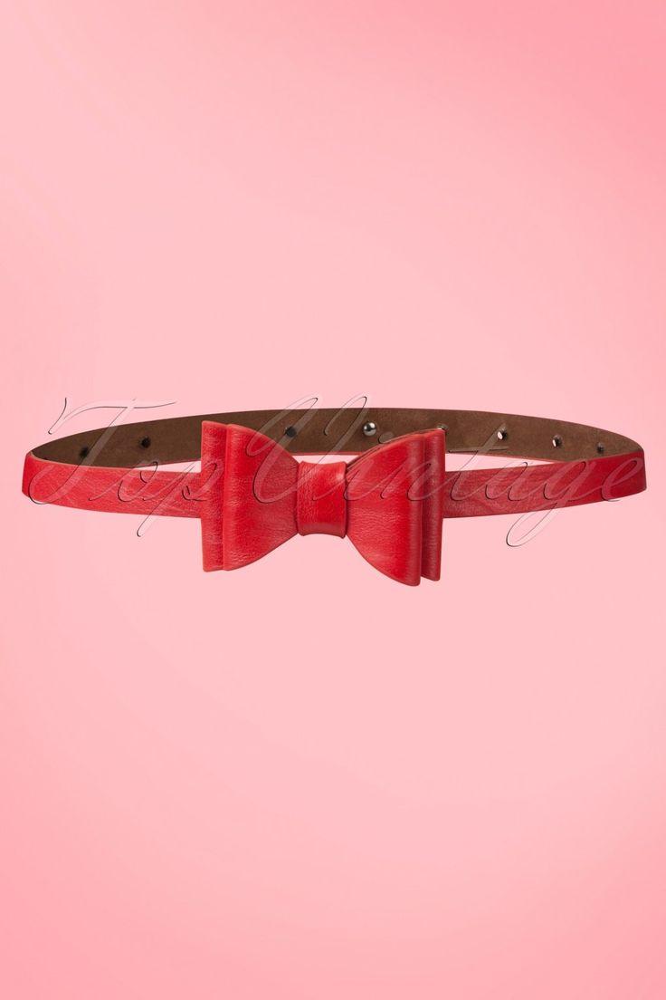DezeBow Belt Redvan Tatyana is een fashionable riem met vintage look en een perfecte aanvulling op elke vintage outfit!Deze prachtige, smalle, rode ceintuur, gemaakt van mooie kwaliteit faux leather, is een echte aanwinst voor je garderobe! Niet zomaar een riempje maar een echte eyecatcher met een luxe uitstraling die elke outfit nét dat beetje extra zal geven. Mooi afgewerkt met een schattige, dubbele strik.Combineer hem met andere items uit onze kled...