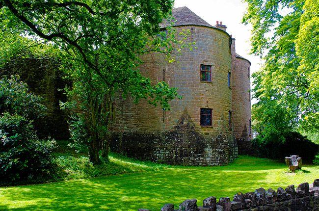 Wielka Brytania-Zamek St Briavels pochodzi z XI w. Uznaje się go za siedlisko duchów. W jednym z pokoi wielokrotnie słyszano płacz dziecka. Na terenie zamku widywano postać w pełnej zbroi albo zbroję, świecącą w świetle księżyca, która nagle znikała. Zamek zamieszkuje też Poltergeist, który przesuwa przedmioty na znaczne odległości. Zamkowi goście są budzeni hałasami albo krzykami, widują w drzwiach postacie, które zagradzają przejście.