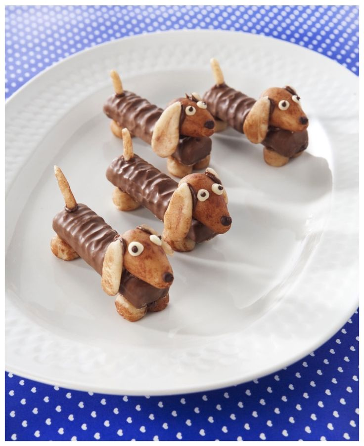 Waf waf! Ben je op zoek naar een originele traktatie om uit te delen? Deze hondjes zijn té schattig. Aan de slag!  Dit heb je nodig: Twix Marsepein Chocopasta Decoratiestiften Zo maak je het: Kneed van het marsepein pootjes, een hoofdje, oortjes en een staartje. Plak alles met chocopasta aan elkaar . Teken met de decoratiestift oogjes en een neusje op de teckel.