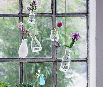 Kreative Fensterdeko: hängende Vasen - Fensterdeko: Dekoideen für Fenster und Fensterbank 11 - [LIVING AT HOME]