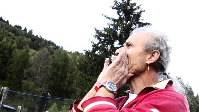 """La storia di Pino in Val di Pejo, Trentino by Vita Nova Hotel & Resort. """"Mi chiamo Pino e mi definisco un """"montanaro"""". Io abito in montagna, vivo in montagna, le mie vacanze sono in montagna. La mia passione sono gli animali: è un sogno che ho sin da quando ero bambino, il sogno di avere la mia casa in mezzo ai prati con tutti i miei animali in giro. Adesso, da vent'anni a questa parte, sto realizzando questo sogno."""""""
