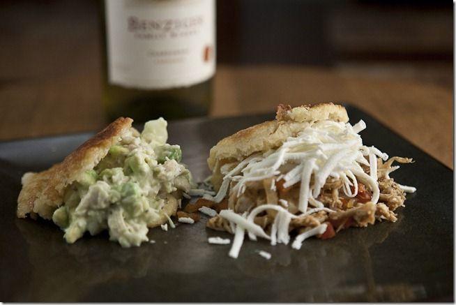 Se puede combinar una arepa Reina Pepiada y una de pollo mechado con un chardonnay carneros Benziger de 2009.