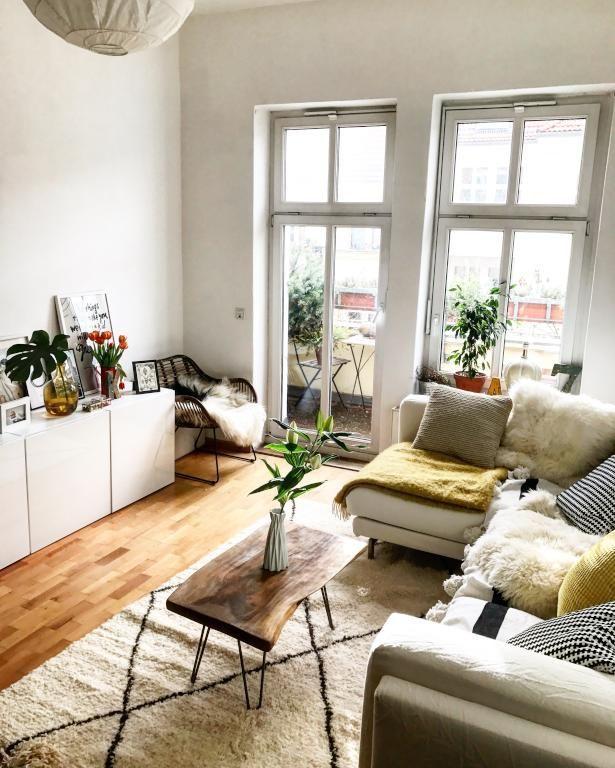Gemütlich eingerichtetes, helles Wohnzimmer in Be…