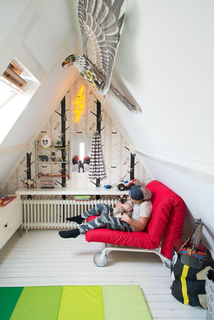 De IKEA PS LÖVÅS slaapfauteuil: ingeklapt ideaal om op te knuffelen met de kat, uitgeklapt een perfect logeerbed dat niet teveel ruimte inneemt. | IKEA IKEAnederland wooninspiratie inspiratie kinderkamer zolderkamer kinderen kids kind spelen slapen