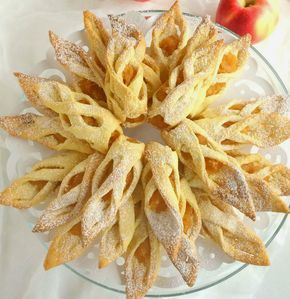 Vă prezentăm o rețetă de biscuiți fragezi de casă. Deși la prima vedere pare a fi un desert ce se prepară foarte dificil, venim să vă dovedim contrariul. Pregătiți acești biscuiți și rezultatul va fi pe cinste. Deosebit de aromați și apetisanți, aceștia cu siguranță vor deveni unul din deserturile preferate. Acest deliciu este o combinație clasică de mere cu nuci și scorțișoară, ce este completată cu un aluat fin, fraged și delicios. Bucurați-i pe cei dragi cu un desert ce uimește prin…