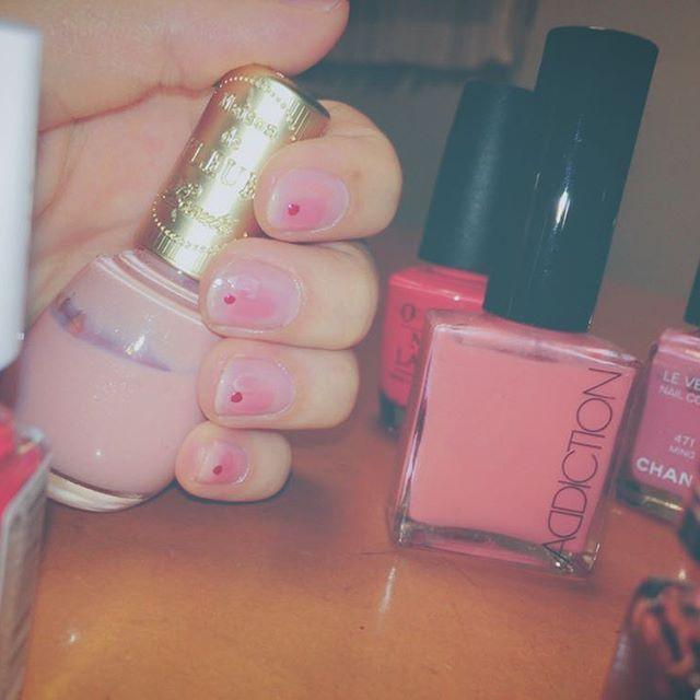 #nail #selfnail #naildesign #fashion #mesondefleur #pink #pinknails #adiction #chanel #levernis #💅 #セルフネイル #paネイルカラー #integrategracy #holiday #デート前 #笑 #眠い #😴 #💗 #💓 #💘 #pinkpink . . . 眠い。ウトウト…ウトウト…! . . 乾くの待ちながらインスタ更新 . . 写真じゃわかりにくいけど メゾンドフルールとシャネルと あおちゃんにもらったアディクション💘 それぞれ色味の違うピンクだから少しずつ色を入れてムラ感を出して 色が重なってる部分にインテグレートグレイシーの92番をサッと通して paネイルの赤でチョンチョン⚫︎っと丸を✊🏻 . 右手のチョン⚫︎は #nailholic のカーキ もう眠いから写真は諦めました(笑) . . 最近ケア成分がほとんどを占めるネイルポリッシュも多くて気になる🤔❤️ とても酷く飽き性だから基本は#セルフネイル派 安上がりだし最高〜👛笑…