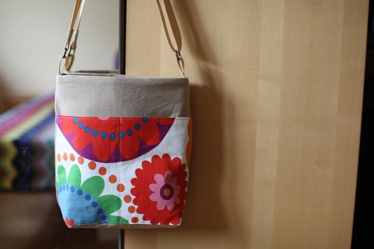 Jaro Jarně letní kabelka..... - z pevných látek zn. IKEA, podšívka česká bavlna - nastavitelný popruh - vně dvě užší kapsy, uvnitř malá kapsička, zapínání na zip - šířka 27 cm, výška 30 cm, hloubka 10 cm