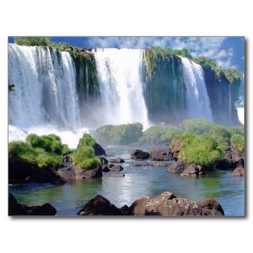 """Junto com o parque nacional de Nahuel Huapi no Patagonia, é um dos locais turísticos os mais freqüentados. Na língua do guarani, o termo """"Iguazú"""" significa """"grandes águas"""". Foi descoberto em 1541 por Alvar Núñez Cabeza de Vaca e estabeleceu em 1984 como o local natural do património mundial pelo UNESCO. Situado no parque nacional de Iguazú, uns 20 quilômetros. de Puerto Iguazú no norte da província, estas quedas são compartilhadas por Brasil e por Argentina. O rio de Iguazú é nascido no ..."""