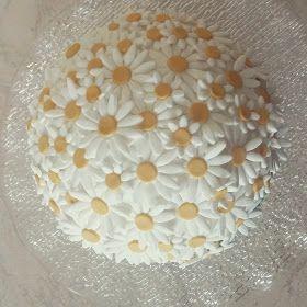 Un mazzo di margherite  Molly cake al cacao con panna montata decorata con margherite in pasta di zucchero. Buon compleanno!  #ciuffina #margherite #daisy #torta #cake #tortadecorata #pastadizucchero #sugarpaste #fiori #flowers #compleanno #birthday #buoncompleanno #happybirthday #cacao #panna