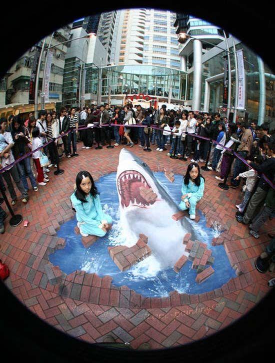 Гон Конг!!! Рисунок на улицах Гон Конга, на котором Акулы выпрыгивают из моря, проламываю кирпичную кладку.