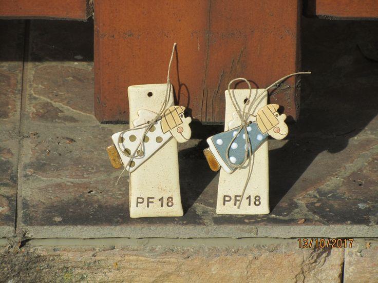 PF2018+Malý+kachlík+s+vyraženým+PF+a+s+přivázaným+keramickým+andílkem.