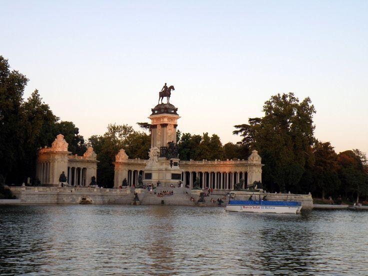Spain, Madrid, El Retiro Park - King Alfonso XII Monument