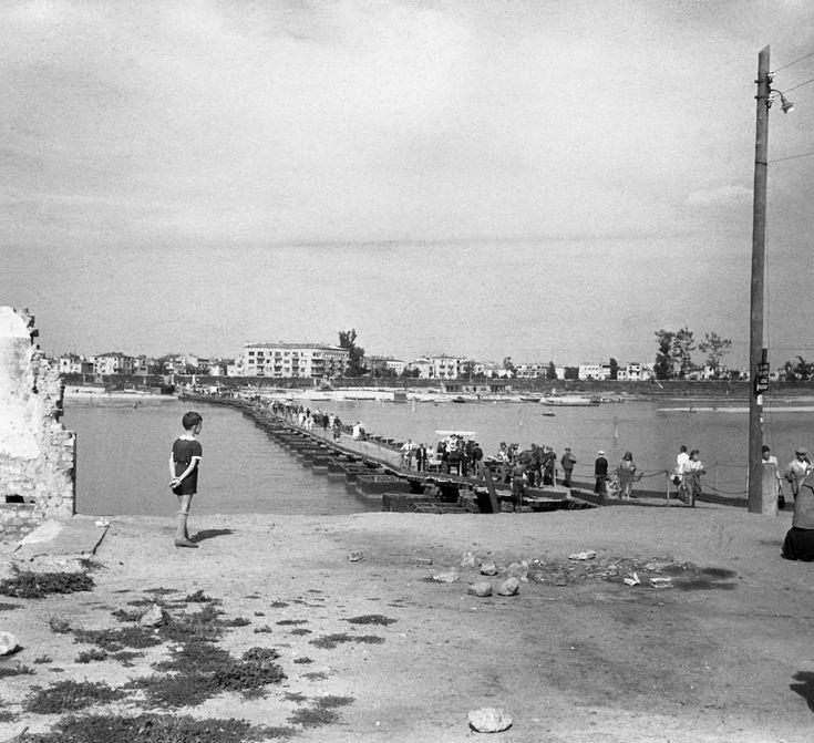 1946. Most pontonowy na Wiśle między Solcem a widoczną w głębi Saską Kępą (JOZEF STANSLICKI)