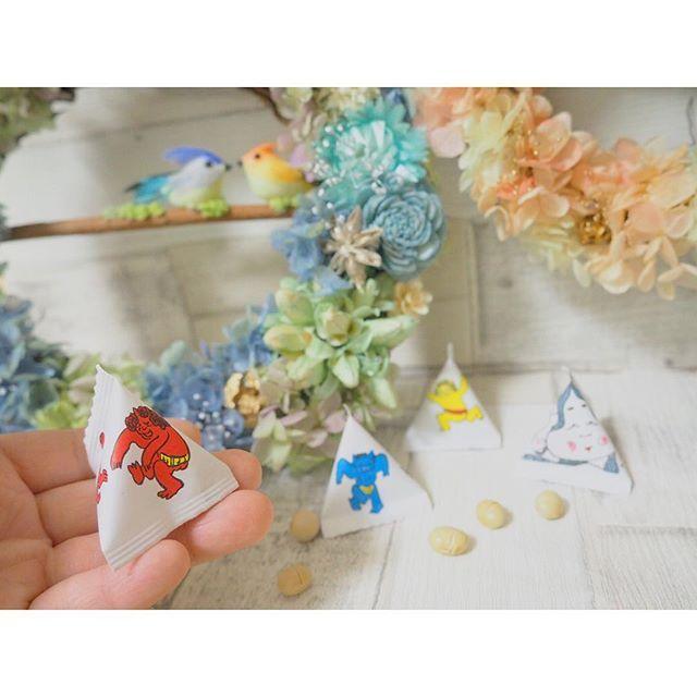 【yonyo_n】さんのInstagramをピンしています。 《* 豆プレゼント〜*.° . . します♪ .  2月3日は節分なので 3日に『#鳥たちの森 』へ来てくださったお客様には .  お豆をプレゼント🎁 .  踊ってる鬼さんのイラストが可愛い👹♡ . 3日は19時くらいまで開けてるので お仕事帰りでもちらっと寄ってくださいな〜♪ . . ◆◇◆◇◆◇◆◇◆◇◆◇◆ . 『鳥たちの森』 【日時】2/3(金).4(土)  11:00-17:00 【場所】float 「緑地公園駅」下車徒歩5分  グリーンエクセル103 . ↓↓↓ 《鳥の巣アレンジワークショップ》 ◎1日10名限定 予約制☆ ◎11:00-15:00いつでも ( 1時間くらい) ◎参加費2000円(材料費込) .  #森のハコ#鳥たちの森#酉年#ワークショップ#鳥の巣#節分#鬼#豆#大豆》