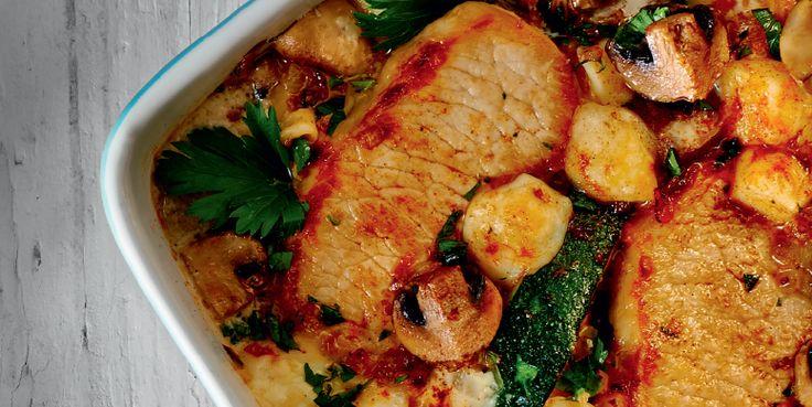 Μπριζόλες στο φούρνο με κολοκυθάκια, μανιτάρια και γραβιέρα