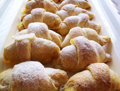 Un croissant sau un pateu dulce sau sarat ne pica tuturor bine la micul dejun. Aluatul clasic pentru croissante, un aluat dospit foetat, este destul de greu de facut...