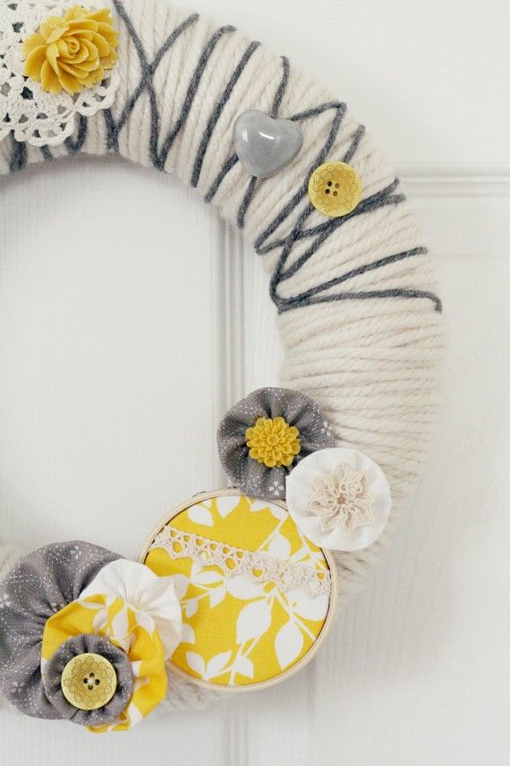 cute: Color Schemes, Color Combos, Front Doors, Cute Wreaths, Wreaths Ideas, Embroidery Hoops, Yarns Wreaths, Yarn Wreaths, Crafts