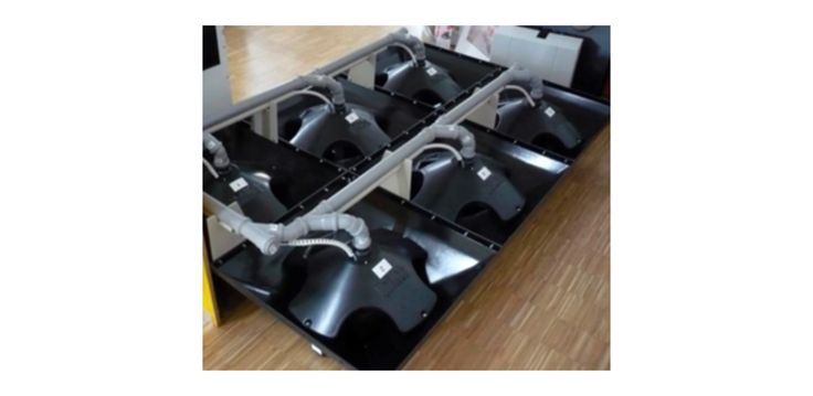 Mediante la construcción de unas piezas modulares de 75x75cm y altura 32cm, facilitamos el diseño y construcción de silos de obra con formas inverosímiles, realizando y solucionando almacenamientos casi a la carta. Instalados los módulos en el suelo y conectados entre sí por una tubería de acero por la que es transportado el pellet mediante sistema de aspiración de la caldera; una unidad automática de conmutación externa al silo permite conmutar entre los módulos por los que debe aspirar la…