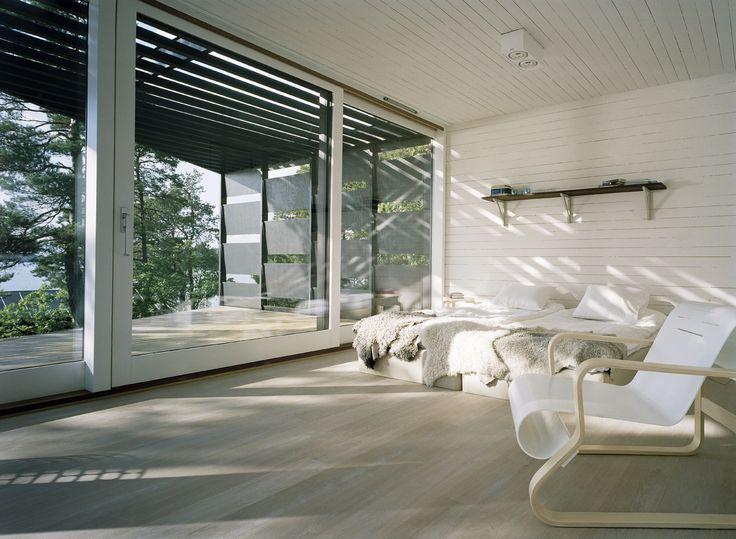 Sovrum i platsbyggd sommarhus. #fritidshus #sommarhus #sovrum #glaspartier #skandinaviskdesign