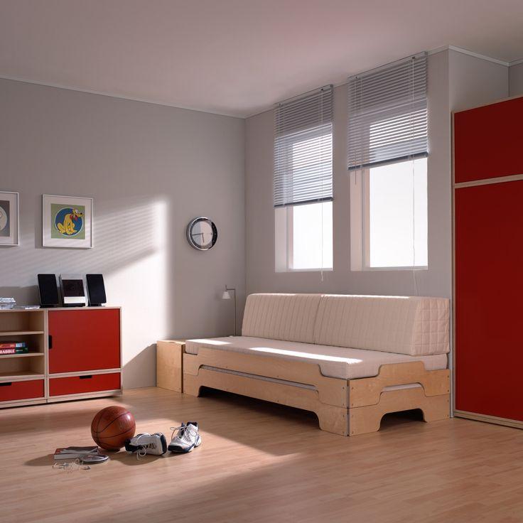 Der zeitlose Entwurf der Stapelliege von Rolf Heide stammt bereits aus dem Jahr 1967. Mehrere Liegen lassen sich raumsparend übereinander stapeln und sind nebeneinander in Windeseile zu einem Doppelbett umfunktioniert.