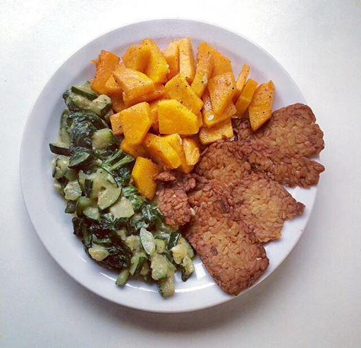 Tempeh, zucca, zucchine e spinaci