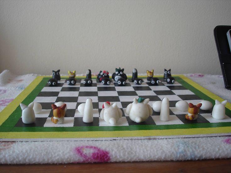 Ajedrez en porcelanicron de Totoros. Totoro polymer clay chess.