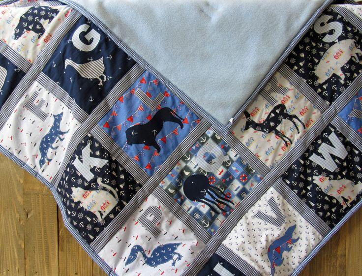 #UnserEtsy Quilt blau weiß für Jungs mit Tier Alphabet Vorderseite Baumwolle Rückseite Kuschelfleece in hellblau kleine Patchworkdecke 1.18m x 1.18m von HolzundLeinen auf Etsy