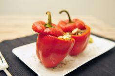 In dit gevulde paprika recept zetten we de met feta, stukjes gember en gehakt gevulde paprika's in de oven.