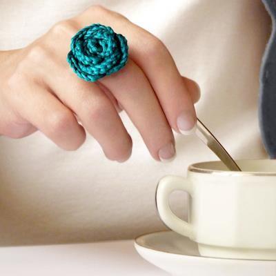 anillo flor a crochet