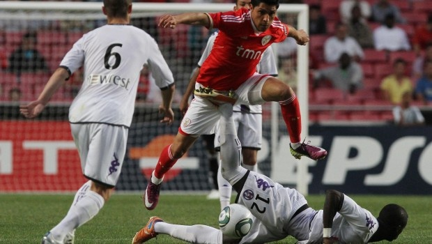 Depois de derrotado na Liga Europa, e antes de disputar a 2ª mão das meias-finais, o Benfica está obrigado a regressar às vitórias na Madeira, para que possa manter a vantagem de quatro pontos sobre o FC Porto no topo da Liga ZON Sagres.