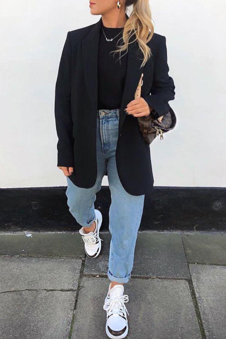 Mode femme informal stylish avec un blazer noir, un jean mum et des baskets