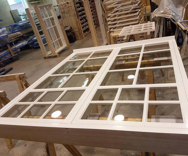 Store vinduer er restaurert og noe er kopiert og laget nytt, legg merke til hvor smekre dimensjoner det er på rammer, karmer og sprosser :) #håndverk #kjerneved #linolje byggogbevar